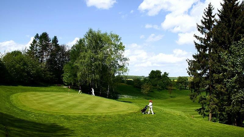 Golfplatz mit Golfspielern