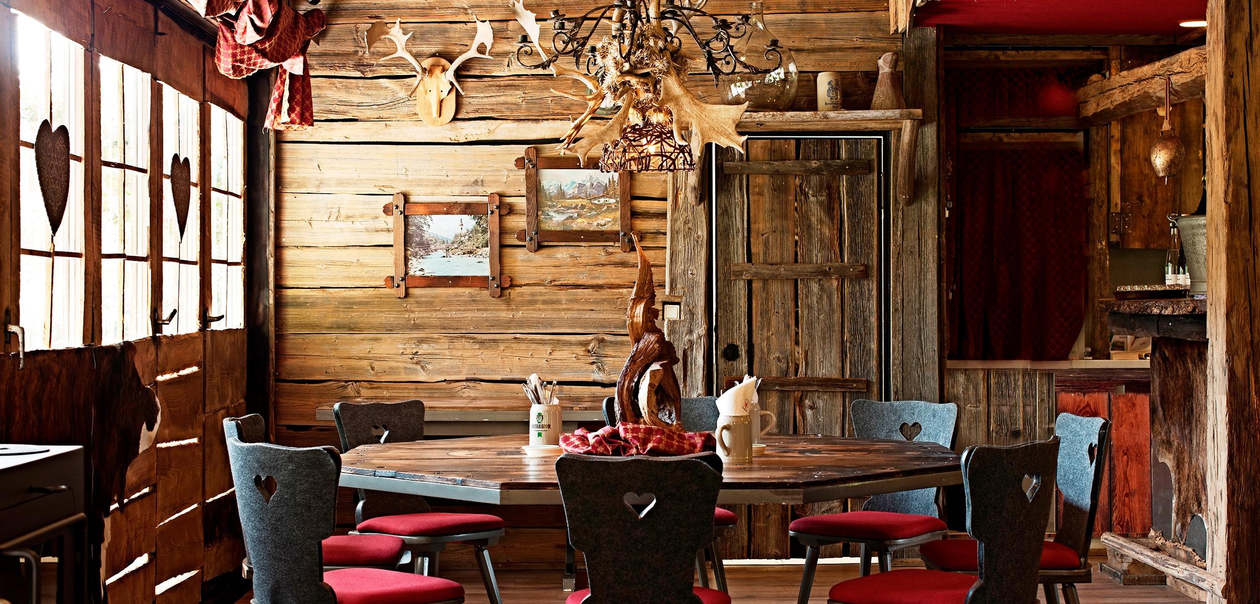 Sitzecke in rustikaler Waldschänke