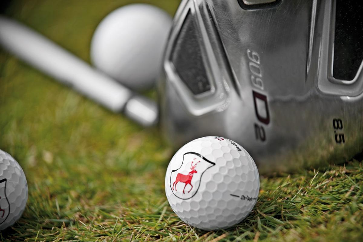 Nahaufnahme Golfschläger und Golfball
