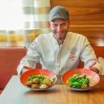 Küchenchef Boris Rommel zeigt zwei Teller