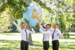 Mitarbeiter mit Weltkugel