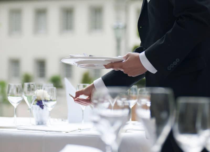 Personal deckt Tische ein