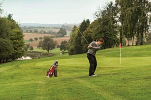 Frau beim Golfspiel