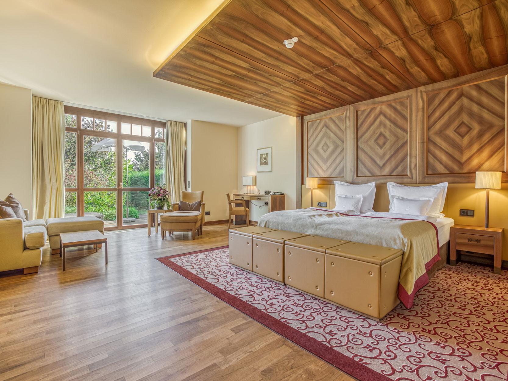 Doppelzimmer mit Holzelementen Hotel Friedrichsruhe